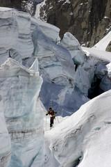 alpiniste au milieu des séracs