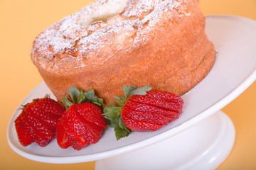 angel food cake with fresh strawberries