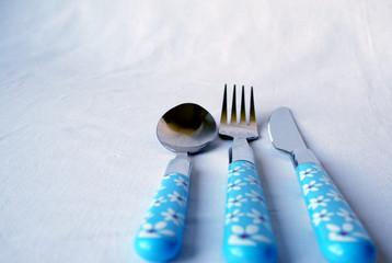 à table: cuillère, couteau, fourchette