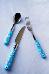 à table: cuillère, couteau, fourchette,