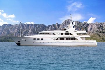 yacht ciel bleu