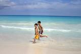 niños corriendo en la playa