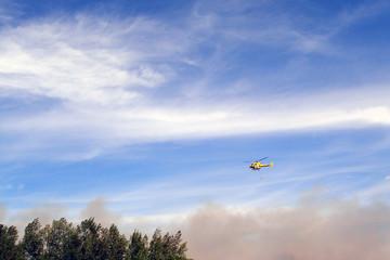 helicoptère et feu de foret
