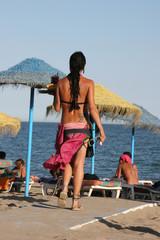 kellnerin am strand 1
