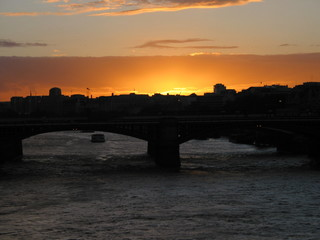 coucher de soleil au dessus d'un pont