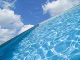 piscina con vistas al paraiso poster
