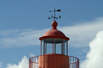 un beau phare rouge