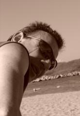 homme charmeur et souriant au bord de la plage