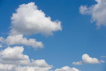 cielo  azul con nubes blancas