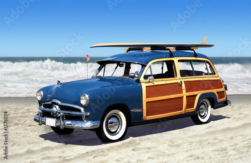 Tuinposter Vintage cars woodie on the beach