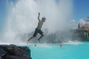 salto sobre el agua