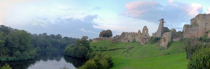 le lac et le château à tiffauges en vendée