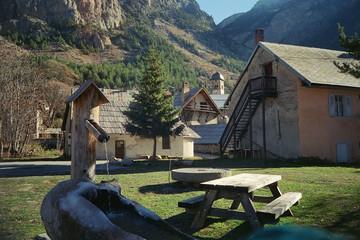 fontaine & village en montagne
