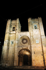 portugal, lisbon: se cathedral at night