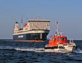 ostseefähre und lotsenversetzboot - 1544863