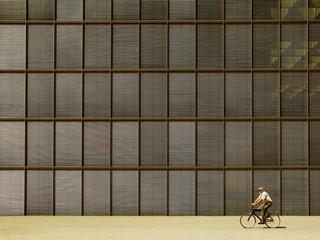 fahrradfahrer vor fassade