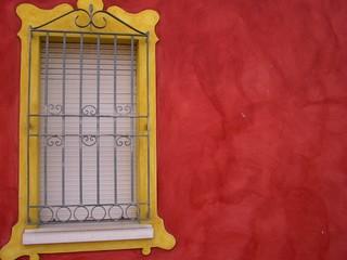 muro e finestra rosso e giallo