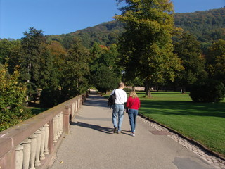 couple walking the heidelberg castle trail