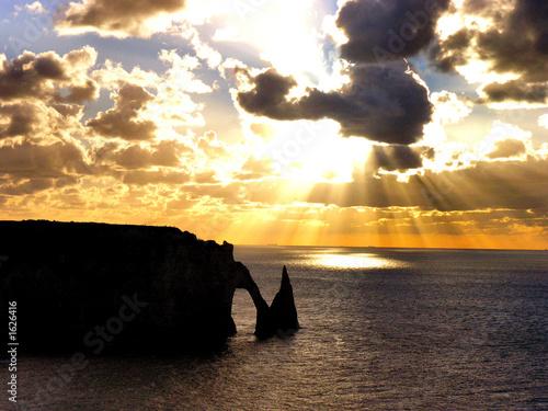 Coucher de soleil sur etretat de lionack bruno photo libre de droits 1626416 sur - Le soleil se couche a quel heure ...