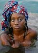 jeune femme africaine dans l'eau