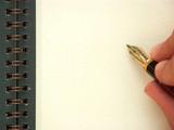 main et stylo écrivant sur une page blanche poster