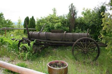 historischer leiterwagen mit wasserfass