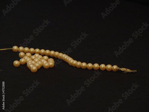 Leinwandbild Motiv broken string of pearls