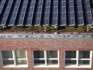bürogebäude mit solarzellen