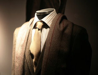 mannequin dans une vitrine en costard & cravate