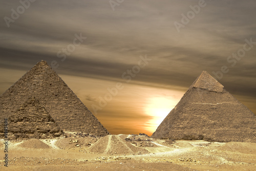 Leinwanddruck Bild pyramids sunset drama