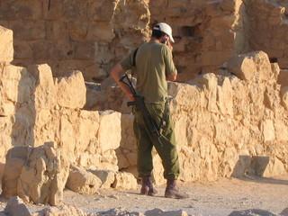 militaire au téléphone en israel