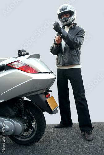 jeune motard se préparant à conduire son scooter