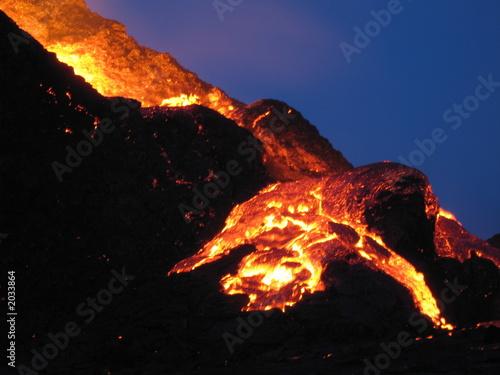 cratère en eruption - 2033864