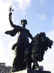 statue at buckingam palace