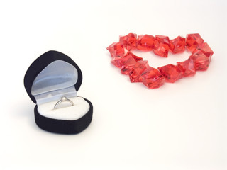 verlobungsring in schachtel mit rotem herz