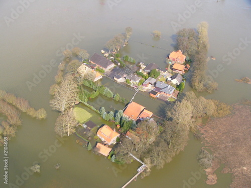 bauernhof vom hochwasser eingeschlossen - 2104669