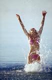 ragazza fa il bagno nel mare poster