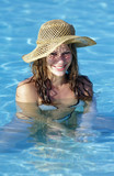 ragazza con cappello al mare poster