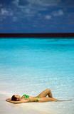 ragazza prende il sole alle maldive poster