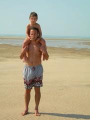père et fils à la plage
