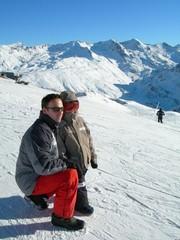 père et fils en montagne regardant paysage hiver