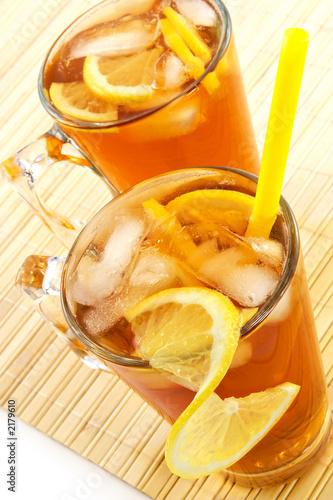 zimna herbata z kostkami lodu i cytryną