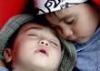 kleinkinder schlafen im kinderwagen