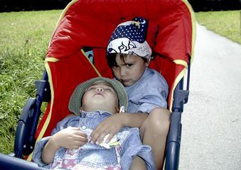 kleinkinder im kinderwagen
