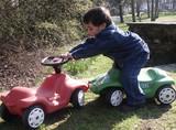 junge mit spielzeug auto poster
