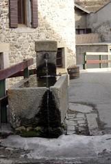 fontaine dans un petit village de montagne