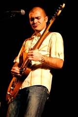 chanteur guitariste en concert - groupe pilarsky
