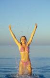 ragazza salta nel mare poster