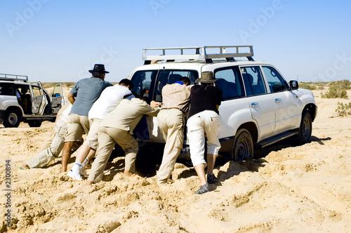 Aluminium Tunesië problems with car while safari at the desert