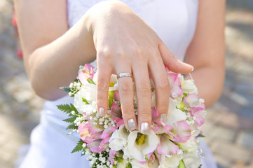 bride's hand on a bouquette